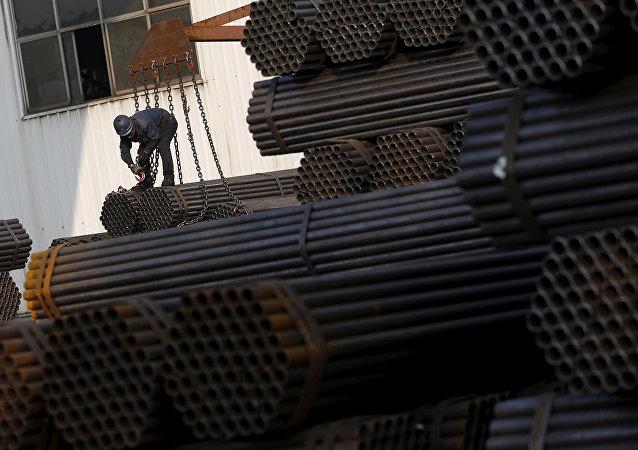 最近三四年中国一直在积极发展自己的金属工业,包括铝箔生产。实质上,中国已成为全球最大铝箔供应国,包括出口美国。而且现在铝价无疑由中国来定,美国曾经自己生产并向中国供应铝箔,而且在东南亚一些国家还建立了生产基地。