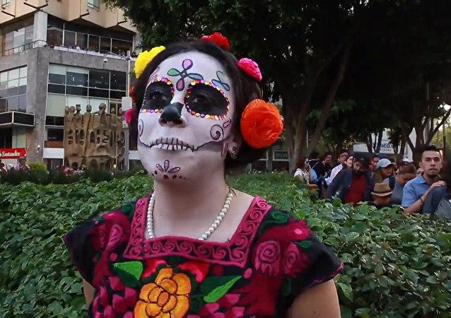 墨西哥舉行亡靈節大遊行