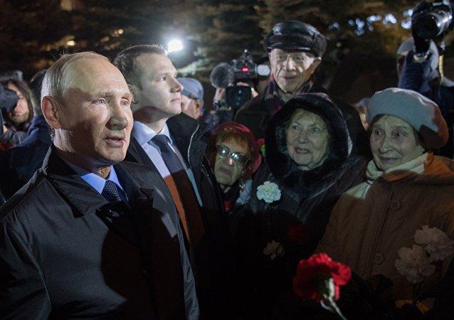 普京向政治镇压中的遇难者献花