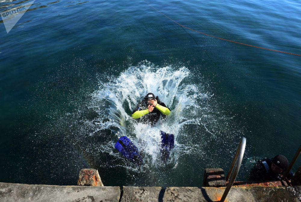 俄罗斯紧急情况部潜水员考察阿卢什塔沿岸水域。