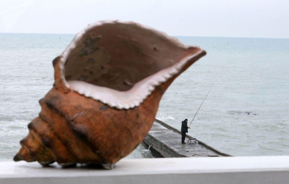 渔民在索契黑海堤岸钓鱼