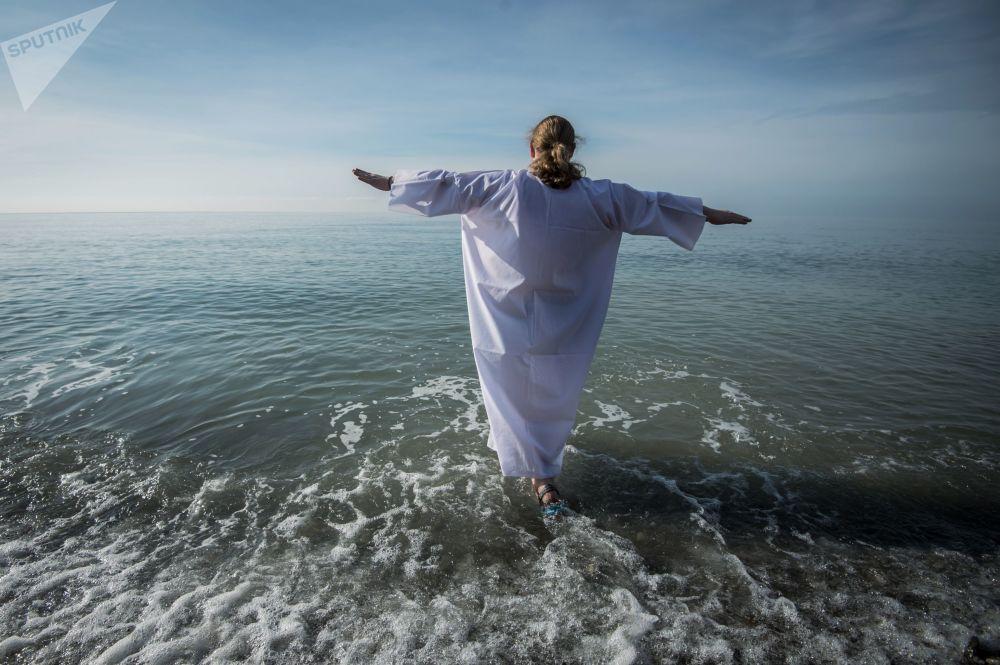 在黑海参加主显节洗礼的神职人员