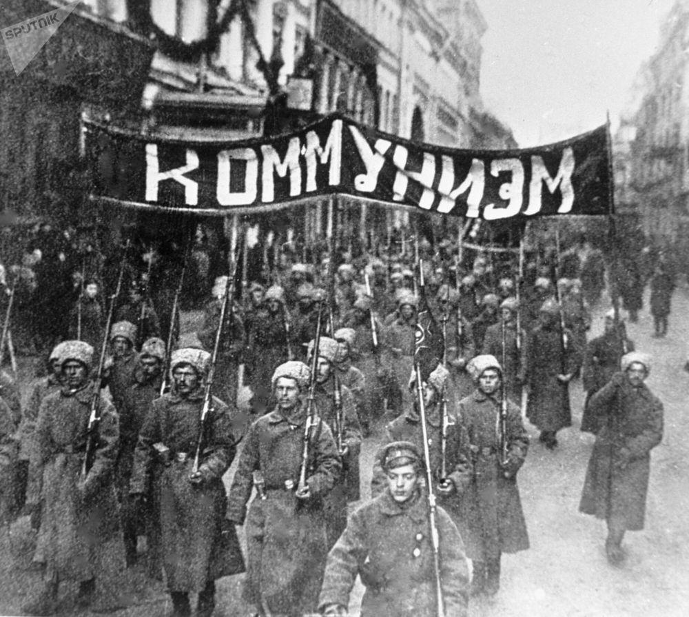具有革命意識的士兵拿著寫有「共產主義」的標語走在莫斯科尼古拉斯基大街上,1917年