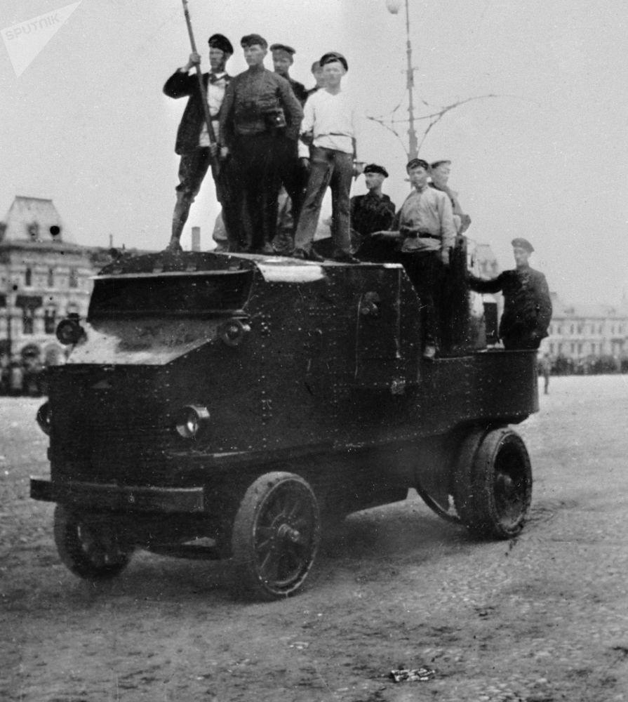 工人們在莫斯科紅場一輛裝甲車上,1917年