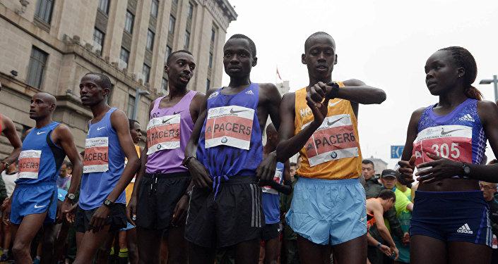 埃塞俄比亚男子穿蓝色凉拖跑赢中国马拉松
