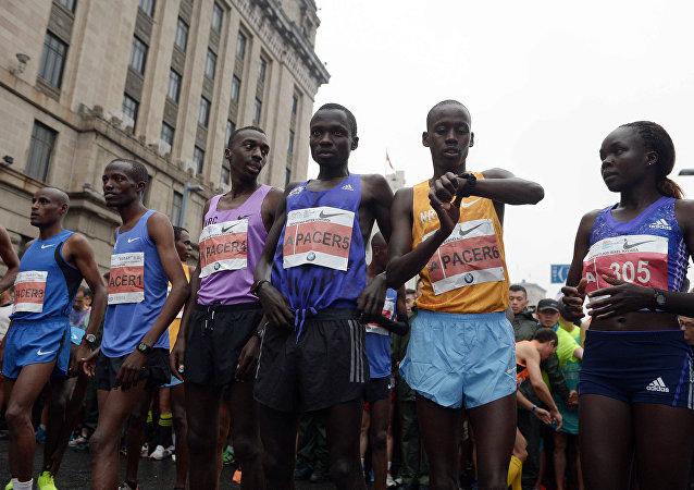 埃塞俄比亞男子穿藍色涼拖跑贏中國馬拉松