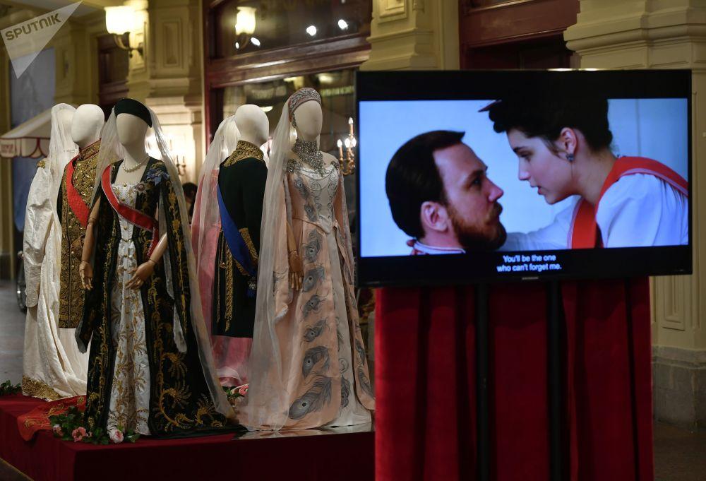 主办方共展出70余件阿列克谢·乌奇捷利所执导影片《玛蒂尔达》的原装戏服和配饰。