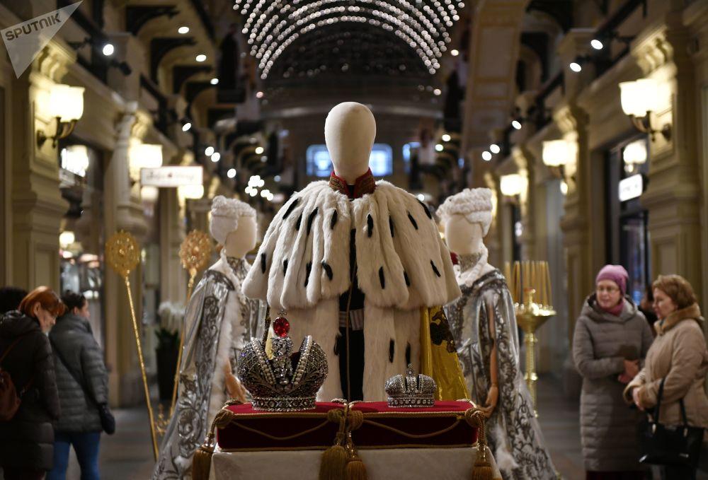展品包括舞会服装、晚礼服、军人制服、芭蕾舞裙和王冠道具等。