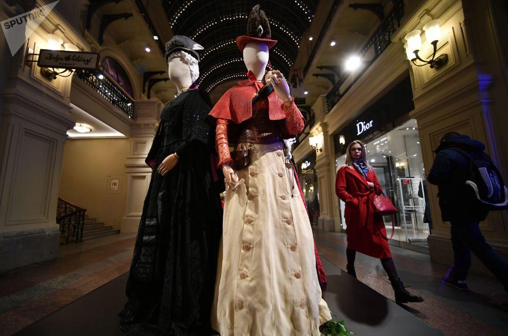 主办方表示,展出的所有衣物,包括群众演员穿过的衣服和鞋子,制作时共耗费12吨布料和皮料。
