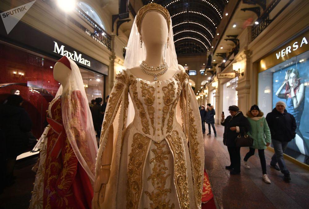共有来自俄罗斯国内外的一百来人参与了衣物制作。