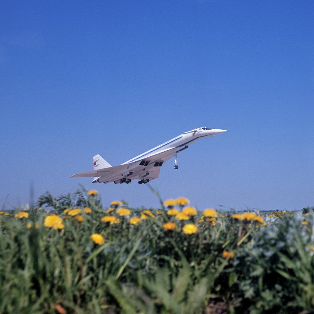 飞行中的超音速客机图-144