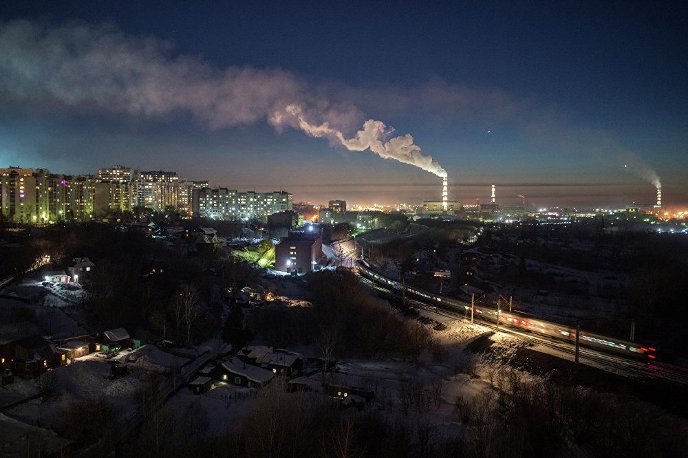 新西伯利亚市的跨西伯利亚铁路干线上的电气火车