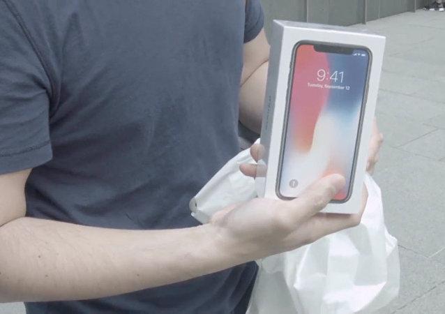 iPhone X开售:新加坡专卖店果粉排队三天