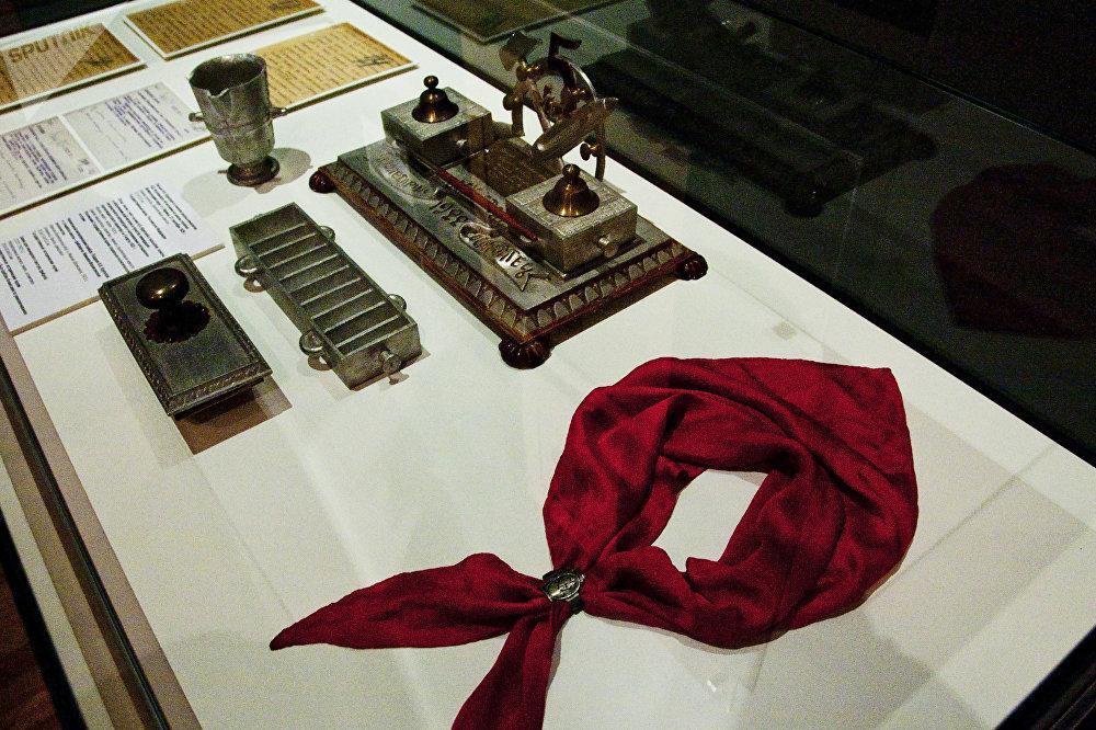 文具用品和少先队员领巾