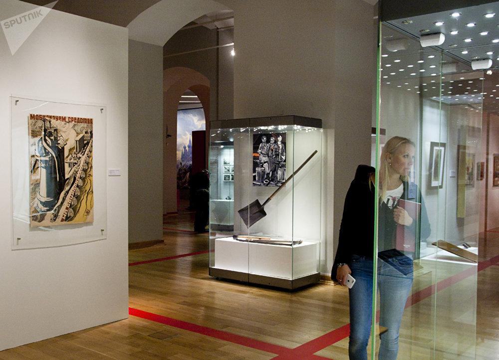 一位女性参观者正在欣赏展品