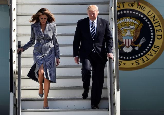 网友嘲笑特朗普牵妻子手没底气