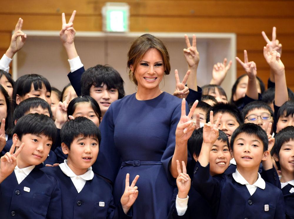 美國第一夫人梅拉尼婭·特朗普訪問日本東京的一所小學