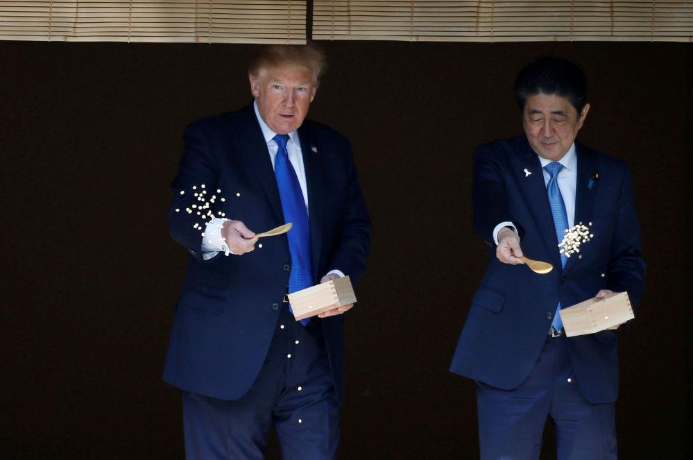 美國總統唐納德·特朗普和日本首相安倍晉三在東京共進午餐前給錦鯉餵食