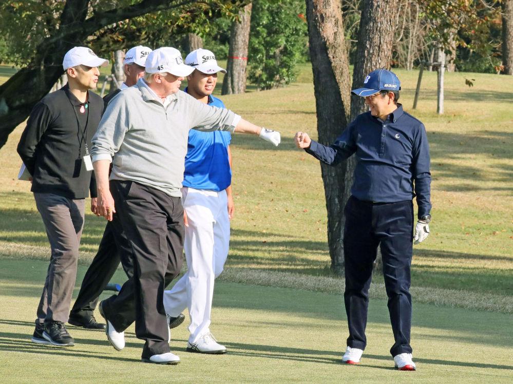 美國總統唐納德·特朗普和日本首相安倍晉三在日本埼玉縣川越市的霞關鄉村俱樂部打高爾夫球