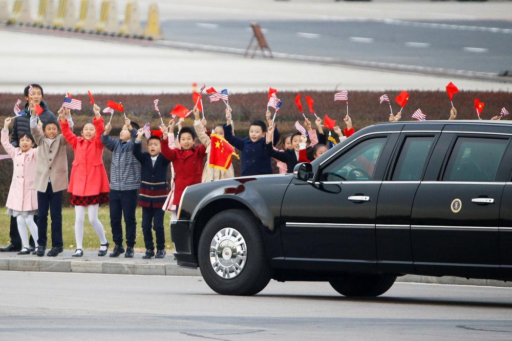 兒童們在北京首都機場歡迎美國總統唐納德·特朗普和夫人梅拉尼婭