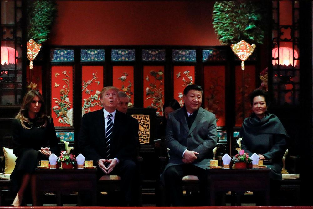美國總統唐納德·特朗普和中國國家主席習近平與兩位夫人來到北京紫禁城觀賞京劇