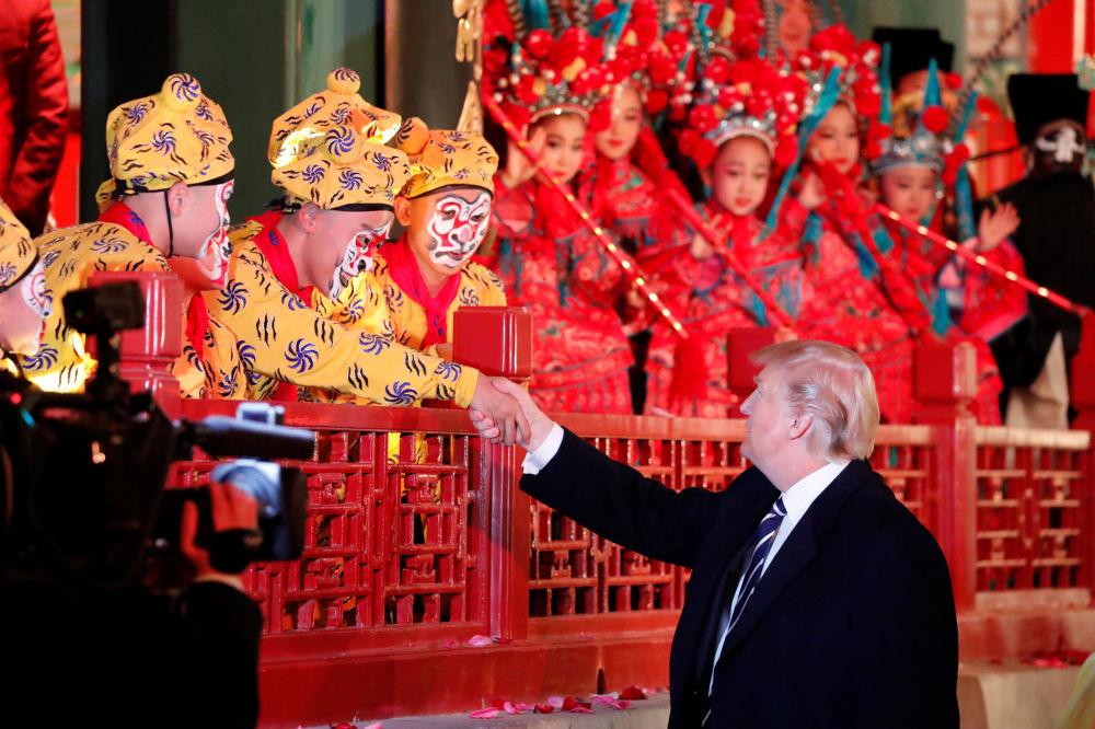 美國總統唐納德·特朗普在北京故宮欣賞演出時