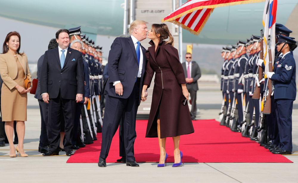 美國總統唐納德·特朗普和夫人梅拉尼婭在韓國首爾機場