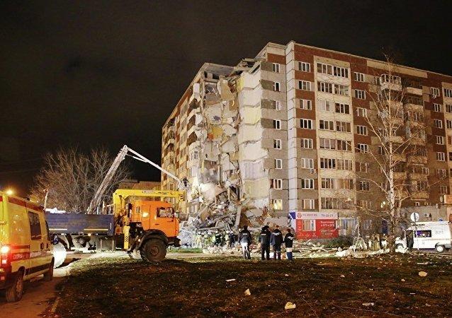 俄紧急情况部:伊热夫斯克坍塌居民楼废墟下运出9人 其中3人幸存
