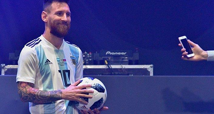 梅西展示莫斯科2018年足球世界杯专用足球
