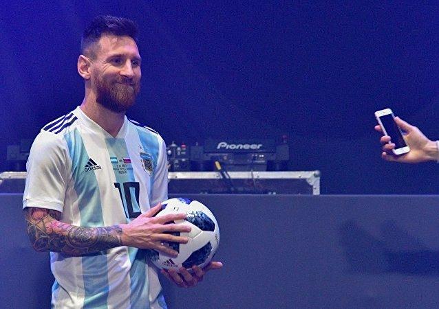 梅西展示莫斯科2018年足球世界杯專用足球