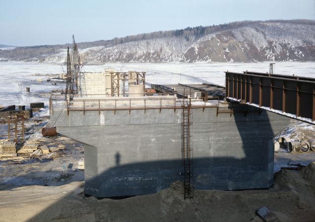 俄中跨阿穆爾河鐵路大橋開始架設主橋間鋼梁