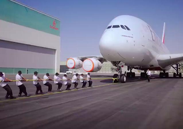 迪拜警方拖拽300吨重的飞机创下新记录