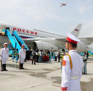 2017年11月10日。迎接俄聯邦總統普京的儀仗隊在越南峴港市機場降落的搭載普京總統的飛機旁。