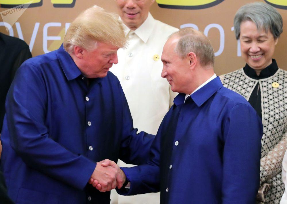 2017年11月10日。俄联邦总统普京与美国总统特朗普(左起)在越南举行的亚太经合组织(APEC)经济体国家领导人会议时身穿越南传统服装合影。