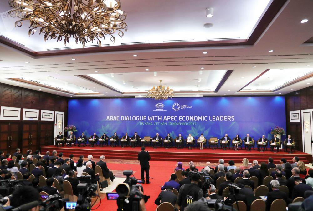 """2017年11月10日。俄联邦总统普京参加在越南举行的""""亚太经合组织""""国家元首与该组织工商咨询理事会成员在峰会上进行的会面。"""