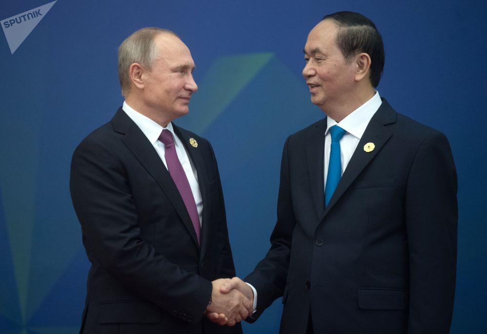 """俄联邦普京与越南国家主席在越南岘港市举行""""亚太经合组织""""峰会期间。"""