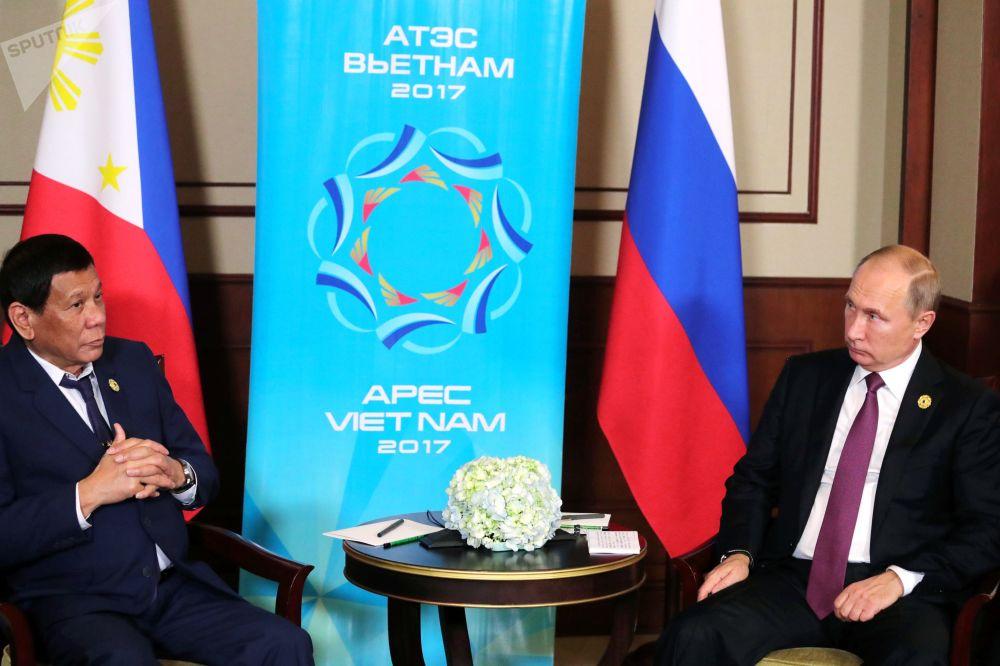 """菲律宾总统杜特尔特与俄联邦总统普京在越南岘港市的""""亚太经合组织""""峰会期间进行会面。"""