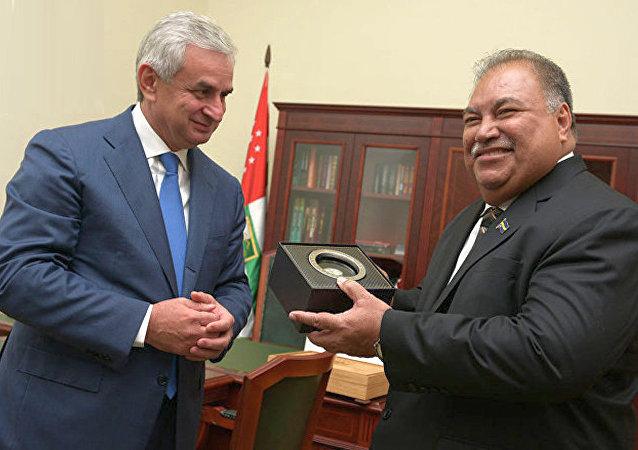 瑙鲁总统巴伦•瓦卡与阿布哈兹总统劳尔•哈吉姆巴