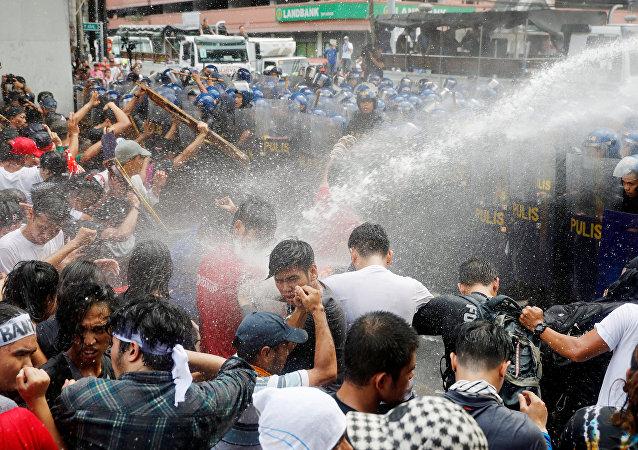 马尼拉警方再次在暴乱中对示威者使用水炮