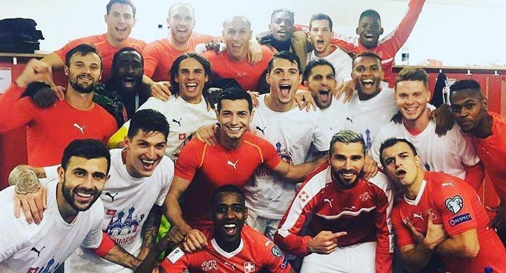 瑞士足球隊穿俄羅斯球衣慶祝其晉級2018俄羅斯世界杯