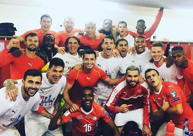 瑞士足球队穿俄罗斯球衣庆祝其晋级2018俄罗斯世界杯