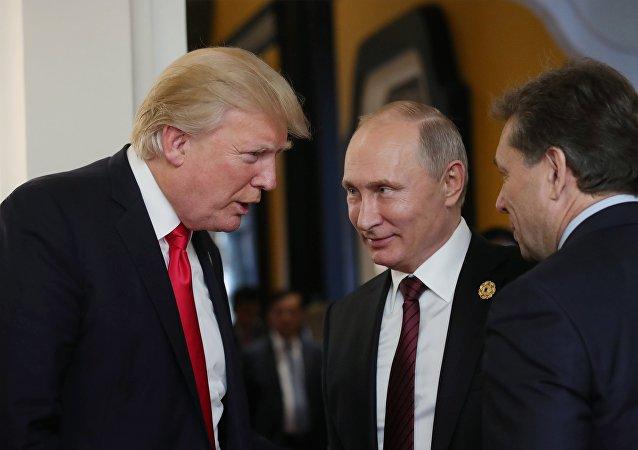 Президент РФ Владимир Путин и президент США Дональд Трамп в перерыве рабочего заседания лидеров экономик форума АТЭС