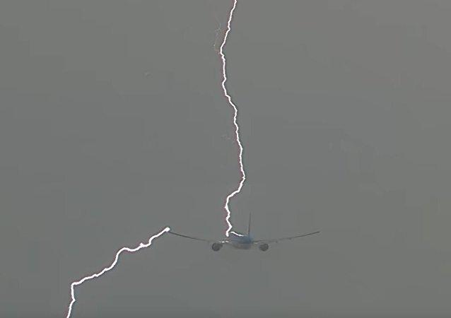 荷蘭客機起飛遇雷劈