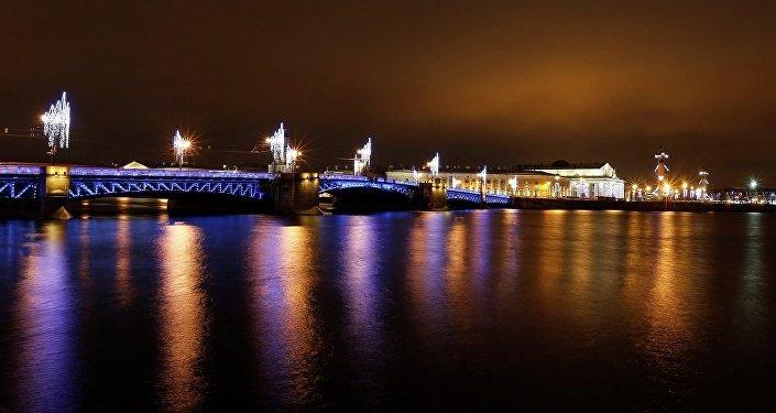 圣彼得堡市政府决定将市内桥梁装饰一新迎接新年