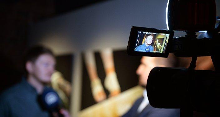 Журналисты общаются с фотокорреспондентом Алексеем Филипповым