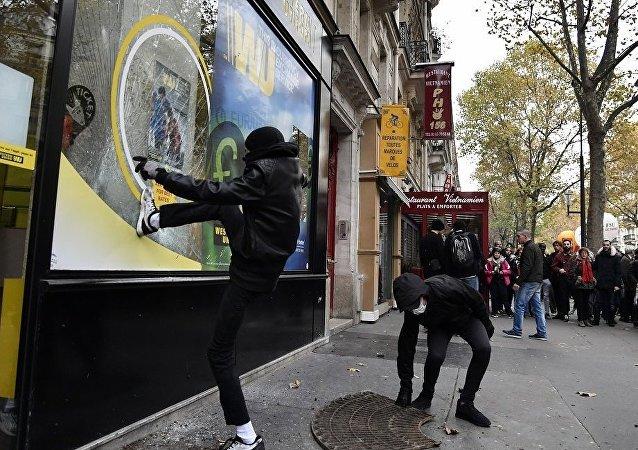 法國民眾巴黎遊行反對馬克龍 沿路搗毀銀行