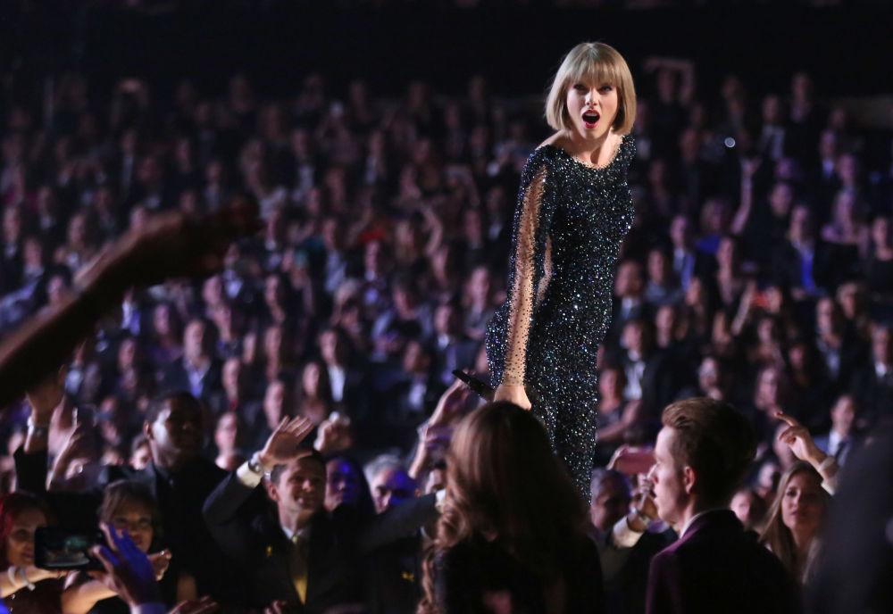 美國歌手間演員泰勒·斯威夫特27歲,收入4400萬美元。