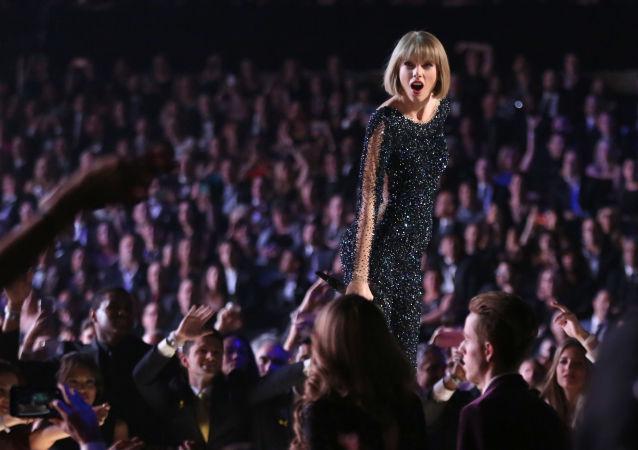 霉霉不满歌曲版权被比伯花3亿收入囊中 两人掀起网络论战
