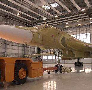 俄圖-160M2新型轟炸機出庫畫面