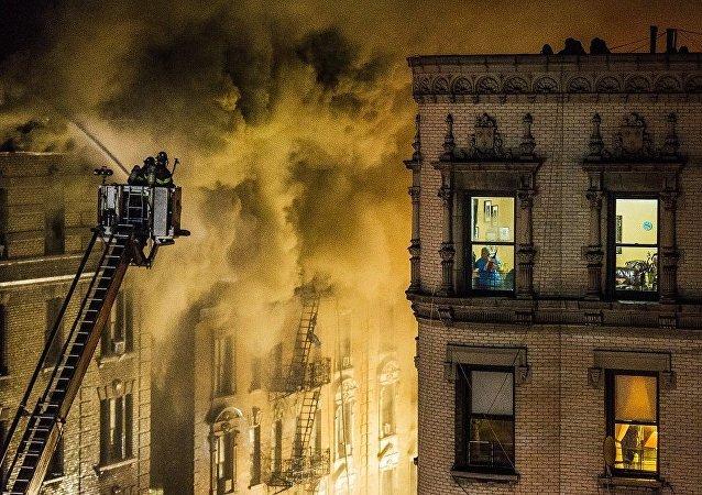 纽约一栋公寓楼起火致9人受伤